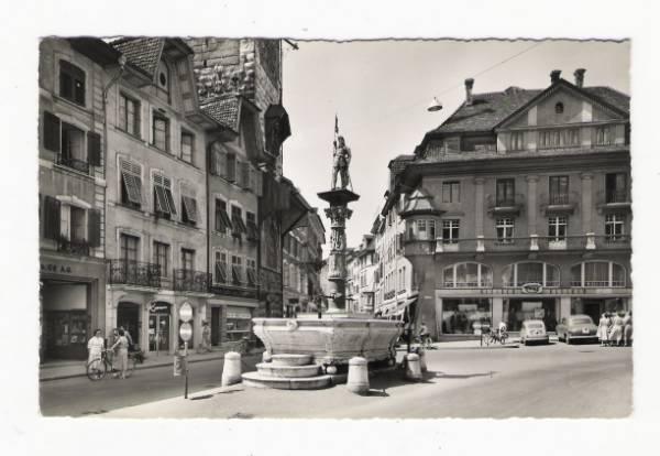 <p>Solothurn Marktplatz Kleider Frey sp&auml;ter Restaurant Rust , links Petri Buchhandlung Konsum Genossenschaft , Hugi Uhren,&nbsp;ca. 1960</p>